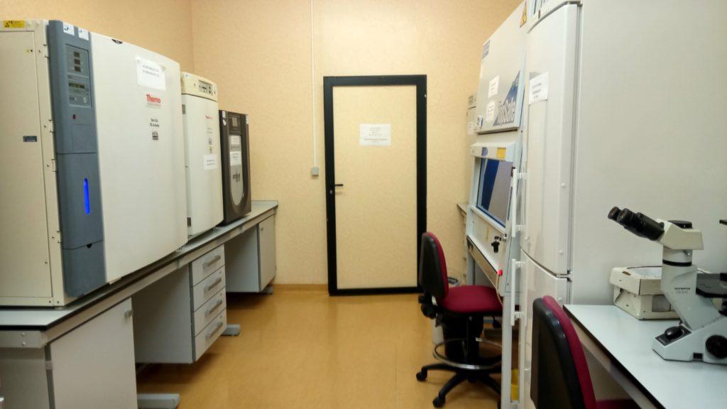 Vista laboratorio de cultivos. Estufas de cultivo